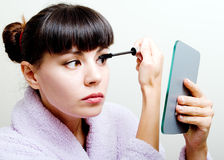 mascara som sätter kvinnan Arkivfoto