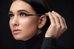 Mascaramake-up Schoonheid Modelputting black mascara op Wimpers royalty-vrije stock afbeelding