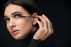 Mascaramake-up Schoonheid Modelputting black mascara op Wimpers stock foto