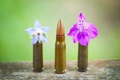 Mascaramento da bala entre flores fotos de stock royalty free