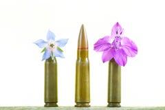 Mascaramento da bala entre flores imagens de stock royalty free