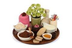 Mascarilla con el polvo de cacao, la harina de avena, el yogur y la miel imágenes de archivo libres de regalías
