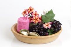 Mascarilla con la uva, la miel y el yogur para apretar la piel y para quitar puntos oscuros en la cara Imágenes de archivo libres de regalías