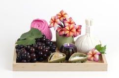 Mascarilla con la uva, la miel y el yogur para apretar la piel y para quitar puntos oscuros en la cara Imagen de archivo libre de regalías