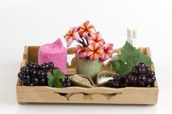 Mascarilla con la uva, la miel y el yogur para apretar la piel y para quitar puntos oscuros en la cara Foto de archivo