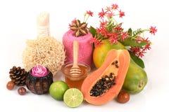 Mascarilla para el tratamiento del acné con la papaya, el limón y la miel Foto de archivo libre de regalías