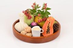Mascarilla para el tratamiento del acné con la papaya y la leche fresca Imágenes de archivo libres de regalías
