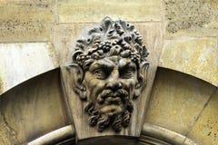 Mascaron op de kam van kalksteen Parijs frankrijk Stock Foto