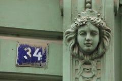 Mascaron på den Art Nouveau byggnaden i Prague Royaltyfri Fotografi
