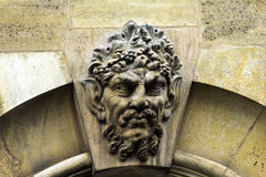 Mascaron på vapnet av kalksten Paris france Arkivfoto