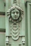 Mascaron på den Art Nouveau byggnaden i Prague Arkivbild