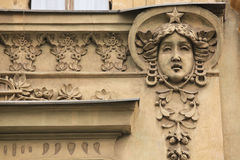 Mascaron sur le bâtiment d'Art Nouveau à Prague Photos stock