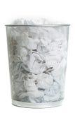 Maschendraht-Abfalleimer auf Weiß Stockbilder