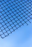 Maschendraht des Hintergrundes des blauen Himmels Stockbilder