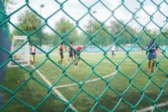 Maschendrahtzaun vom Fußballplatz mit wettbewerbsfähigem in den öffentlichen Bereichen Lizenzfreie Stockbilder
