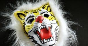 Maschera animale su fondo nero 4k video d archivio