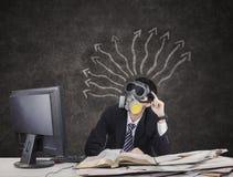 Maschera antigas d'uso dell'uomo d'affari di Thougtful Fotografia Stock Libera da Diritti