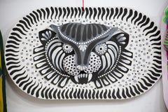 Maschera in bianco e nero della tigre che fa sulla carta Fotografie Stock