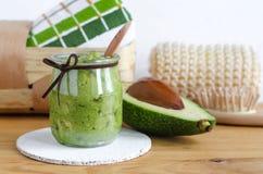 Maschera casalinga dell'avocado Pronto dall'avocado e dall'olio d'oliva schiacciati Cosmetici di Diy immagine stock libera da diritti