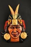 Maschera ceramica azteca maya indiana con la piuma sul nero Immagine Stock Libera da Diritti
