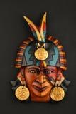 Maschera ceramica azteca maya indiana con la piuma sul nero Fotografia Stock
