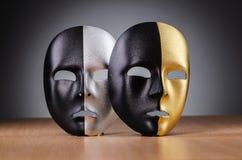 Maschera contro i precedenti Immagini Stock