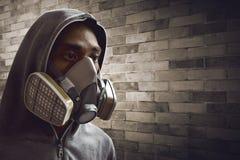 Maschera d'uso del respiratore dell'uomo Immagine Stock Libera da Diritti