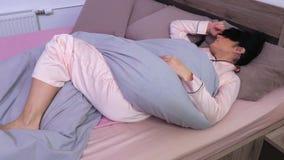 Maschera d'uso di sonno della benda della donna di sonno archivi video