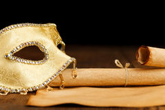 Maschera decorata con i rotoli di carta immagine stock