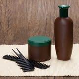 Maschera dei capelli e dello sciampo con i pettini Fotografie Stock Libere da Diritti
