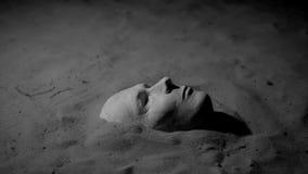 Maschera del gesso sulla sabbia archivi video