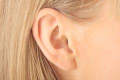 Maschera del primo piano dell'orecchio biondo della ragazza Fotografia Stock