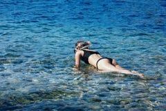 Maschera dello scuba della giovane donna graziosa e tubo d'uso della presa d'aria, turquois fotografie stock