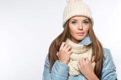 Maschera di bella donna in cappello di inverno fotografia stock