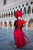 Maschera di carnevale contro il palazzo del doge a Venezia, Italia Immagine Stock