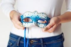 Maschera di carnevale della tenuta della donna Fotografie Stock