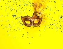 Maschera di carnevale su fondo giallo con le scintille Contesto festivo per i progetti Disposizione piana, fine su immagine stock