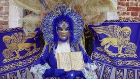 Maschera di carnevale di Venezia, Italia e posa del costume con la stemma veneziana archivi video