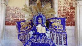 Maschera di carnevale di Venezia, Italia e posa del costume con la stemma veneziana stock footage