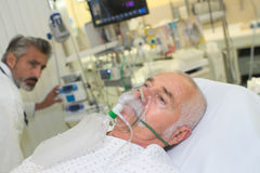 Maschera di ossigeno d'uso paziente fotografie stock libere da diritti