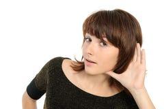 maschera di pettegolezzo d'ascolto della giovane donna immagini stock libere da diritti
