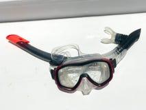 Maschera di plastica trasparente di immersione subacquea con i vetri e un tubo fotografie stock