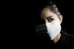 Maschera di protezione protettiva sulla donna asiatica Immagini Stock Libere da Diritti
