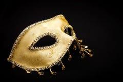 Maschera dorata brillante su fondo nero immagine stock libera da diritti