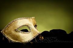 Maschera dorata sopra fondo leggero fotografia stock libera da diritti