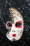 Maschera drammatica e misteriosa di carnevale della mezza luna e fondo nero di scintillio Immagini Stock