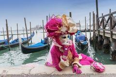 Maschera e gondole di carnevale di Venezia Fotografia Stock