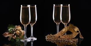 Maschera e vetri di carnevale con champagne su un fondo scuro Fotografie Stock