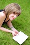 Maschera esterna della ragazza bella dell'allievo con il libro Fotografia Stock