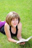 Maschera esterna della ragazza bella dell'allievo con il libro Immagini Stock